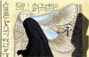 Vollverschleierte Frau in Nordafrika